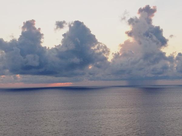 Lokální průtrže mračen nad oceánem