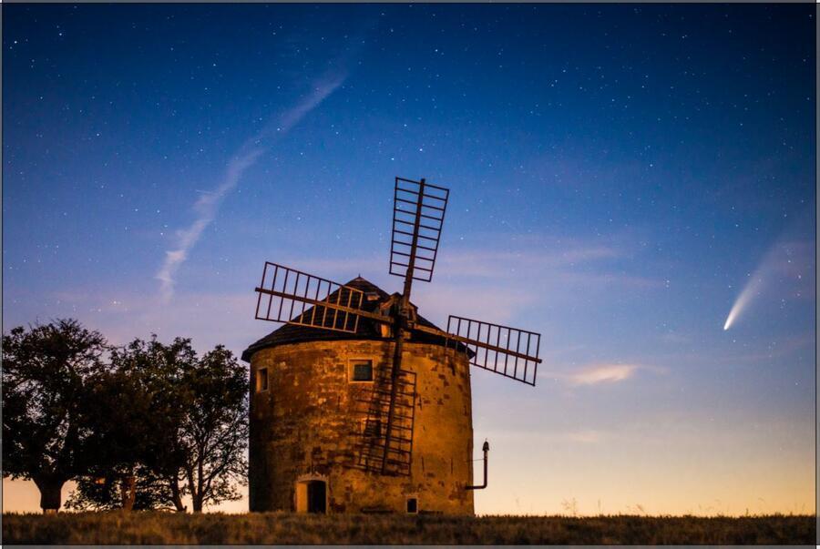 Větrný mlýn a kometa
